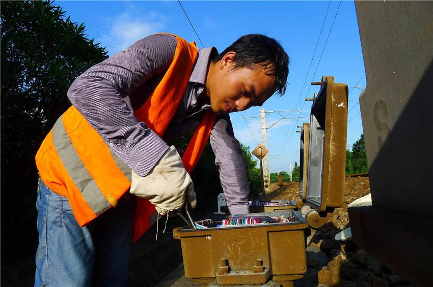 检修轨道电路设备箱盒