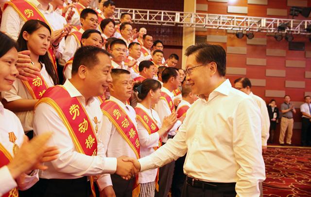 王东明:发挥劳模作用 激励广大劳动群众争做新时代奋斗者